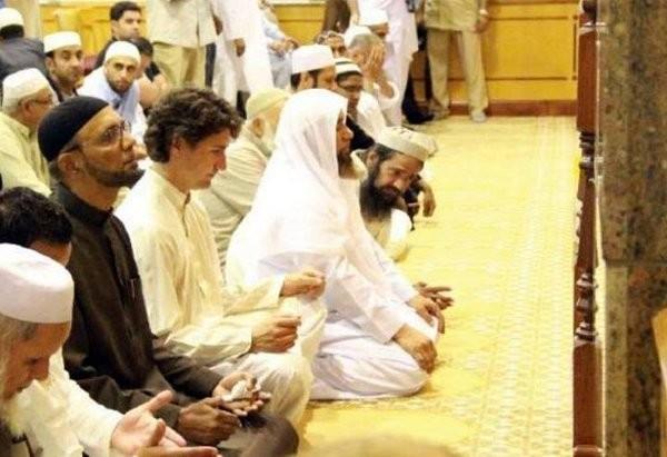 justin-trudeau-praying-in-mosque.jpg